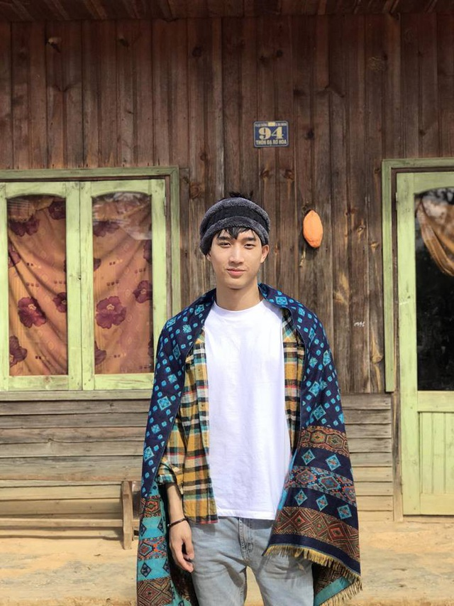 Cậu bạn được biết đến như một soái ca học đường khi sở hữu chiều cao ấn tượng 1m85. Năm 2016, Noh Thongpaseuth đã xuất sắc giành được ngôi vị Á vương của cuộc thi Nét đẹp sinh viên ĐH Tôn Đức Thắng ngay khi mới là một sinh viên năm nhất.