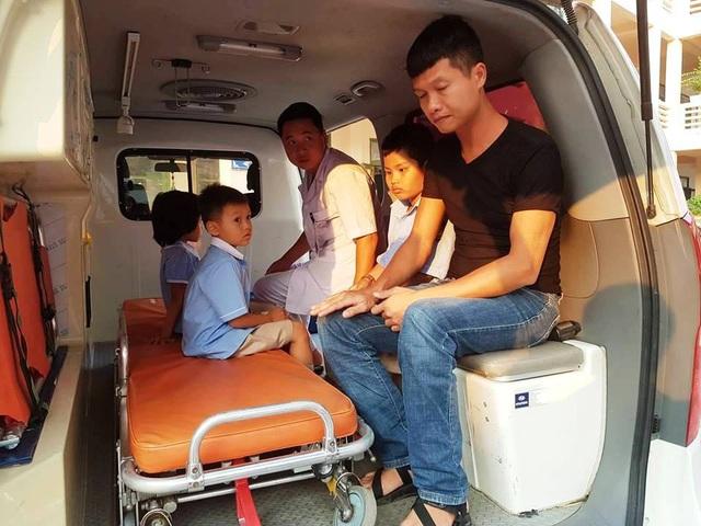 Nhiều học sinh có dấu hiệu nôn nhiều, chóng mặt, sốt được đưa lên xe cứu thương chuyển đến bệnh viện cấp cứu.