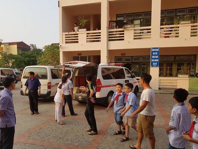 Nhiều xe cứu thương túc trực tại trường.
