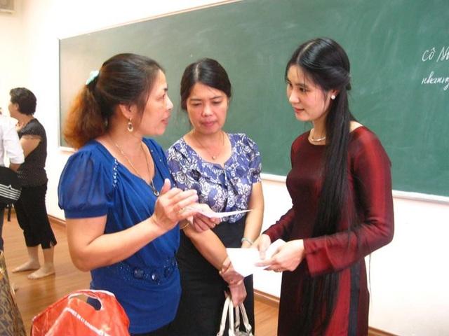 Phụ huynh trao đổi với giáo viên. Ảnh minh hoạ (Nguồn Internet).