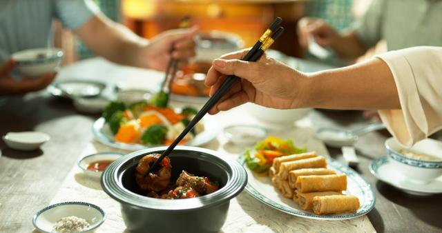Nồi sứ dưỡng sinh là dụng cụ nấu bếp đặc biệt của gia đình ca sĩ Mỹ Linh bởi nó giữ được dưỡng chất tối đa, đặc biệt phù hợp để tạo nên những món ăn đặc trưng của ẩm thực miền Bắc