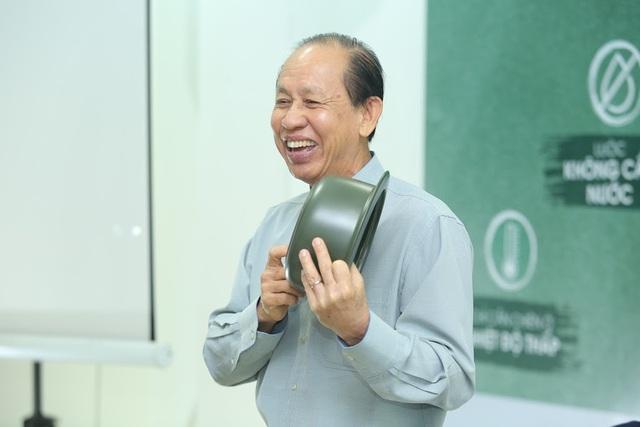 Ông Lý Ngọc Minh - Tổng Giám đốc Công ty Minh Long I hào hứng chia sẻ câu chuyện tạo nên chiếc nồi sứ Dưỡng Sinh Minh Long