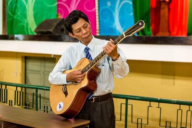 Thầy Lâm Triều Nghi đánh đàn ghi ta bản Bằng lòng đi em trong buổi chia tay với Hội đồng Sư phạm Trường THPT Chuyên Trần Đại Nghĩa