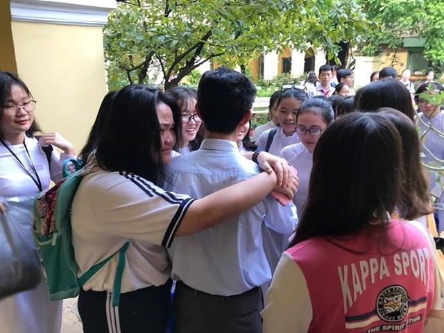 Nhóm học sinh quây bên thầy hiệu trưởng, lưu luyến khi thầy chuyển công tác