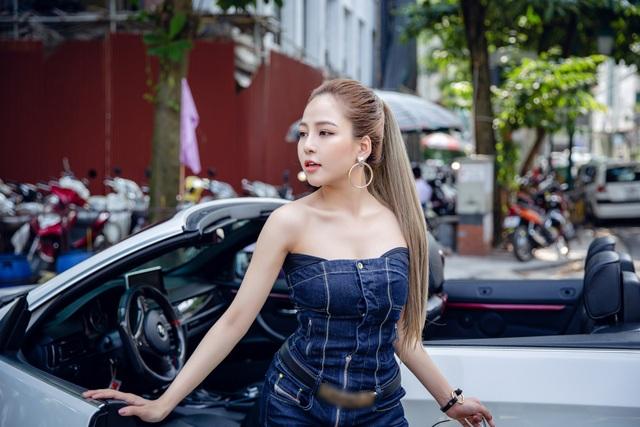 Dù chỉ chọn những item quen thuộc với giới trẻ như áo thun, quần jeans, chân váy jeans, jumpsuit denim... nhưng cách mix đồ khiến cô nổi bật giữa đường phố.
