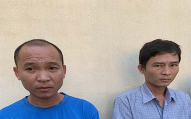Hai cán bộ bị bắt để điều tra hành vi tham nhũng.
