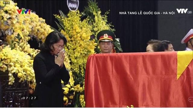 Quyền Chủ tịch nước Đặng Thị Ngọc Thịnh cúi đầu tiễn biệt.