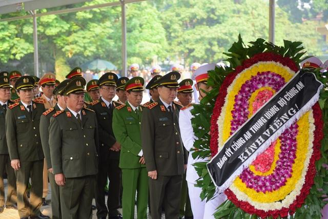 Đoàn Bộ Công an do Bộ trưởng - Thượng tướng Tô Lâm dẫn đầu vào viếng nguyên Tổng Bí thư.