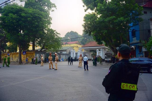 Lực lượng an ninh túc trực đảm bảo an ninh, an toàn cho lễ quốc tang. (Ảnh: Toàn Vũ)
