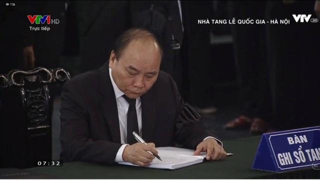 Thủ tướng Nguyễn Xuân Phúc viết lời chia buồn trong sổ tang.