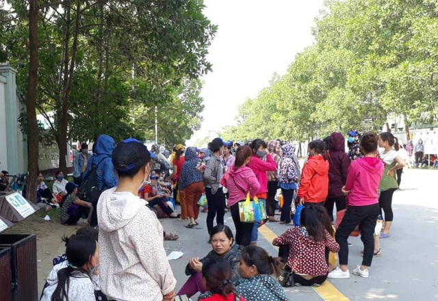 Công nhân ngồi tràn cả ra đường quanh khu vực công ty.