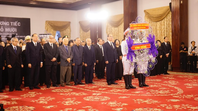 Bí thư Thành uỷ Nguyễn Thiện Nhân cùng đoàn cán bộ lãnh đạo TPHCM cúi đầu tưởng nhớ nguyên Tổng Bí thư Đỗ Mười.