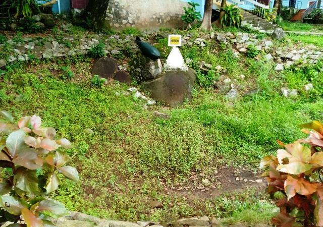 Một hố bom trong khuôn viên di tích Tức Dụp