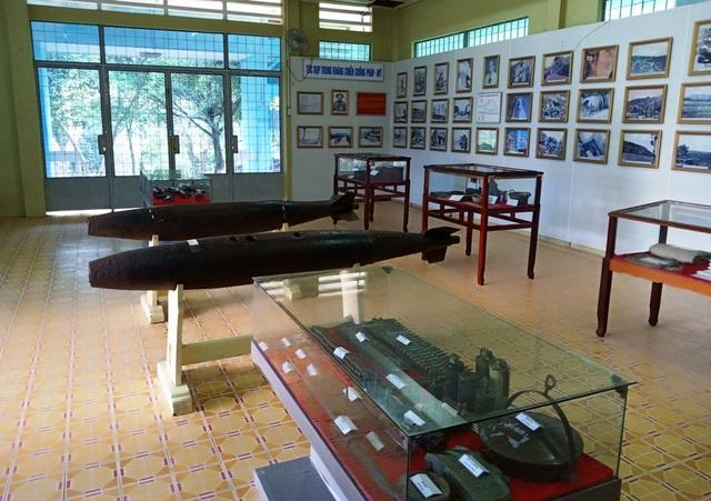 Nhà truyền thống Khu di tích Tức Dụp - nơi trưng bày nhiều vũ khí và ảnh tư liệu về cuộc chiến ác liệt 128 ngày đêm tại đồi Tức Dụp