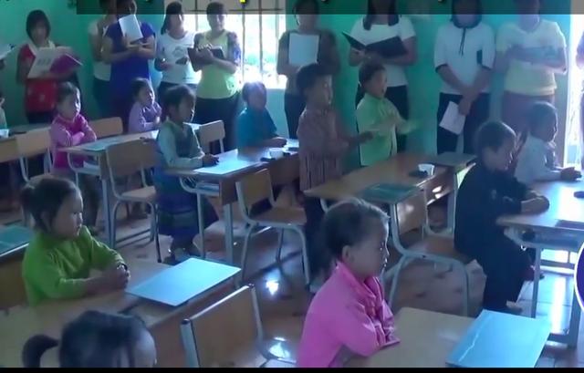 Các em lần lượt đứng dậy vỗ tay theo nhịp đánh vần lần lượt cho đến hết lớp. (Ảnh cắt từ clip)