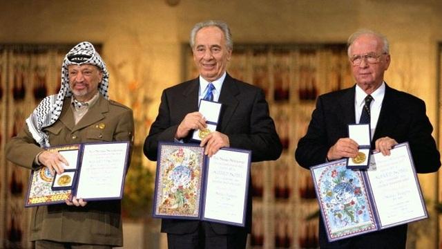 Nhà lãnh đạo Arafat (bên trái) nhận giải Nobel Hòa bình cùng Thủ tướng và Ngoại trưởng Israel năm 1994. (Ảnh: AFP)
