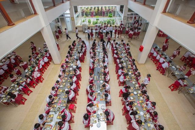 Một bữa ăn tập thể tại trường Tiểu học, THCS&THPT Hoàng Viêt