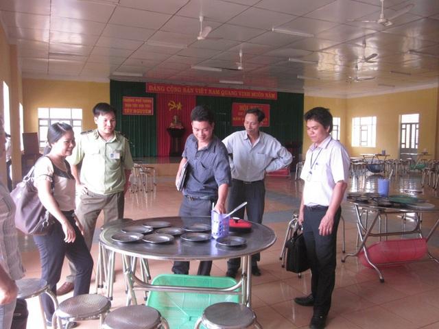 Cơ quan chức năng tiến hành kiểm tra bếp ăn tập thể tại trường Phổ thông Dân tộc nội trú Tây Nguyên (ảnh báo Đắk Lắk)