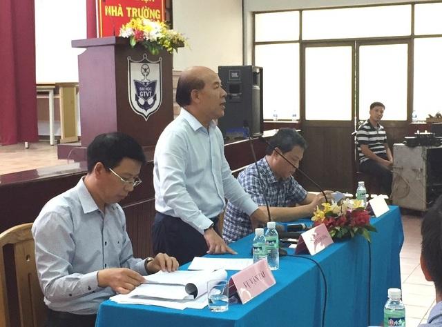 Thứ trưởng Bộ Giao thông Vận tải Nguyễn Văn Công lấy ý kiến các doanh nghiệp về các phương án thay đổi giá dịch vụ tại các cảng biển.