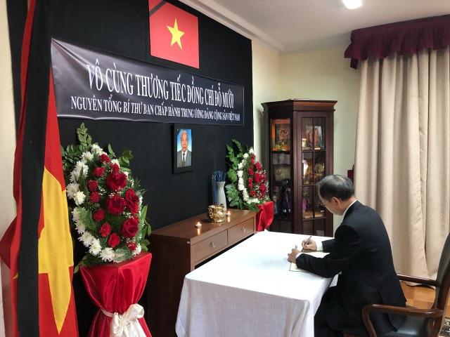 Đại sứ Việt Nam tại Chile ghi sổ tang