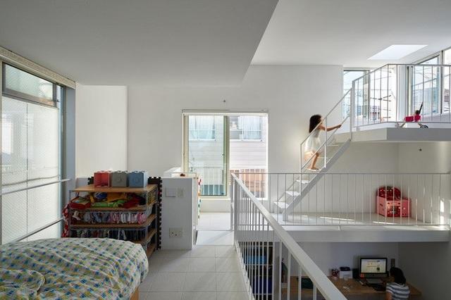 Ngoài ra, ngôi nhà còn sở hữu thêm một không gian đa năng ở tầng cao nhất với lối ra sân thượng, nơi có một ban công nhỏ để làm chỗ vui chơi cho lũ trẻ, một khu vực khác bố trí võng để đọc sách và nghỉ ngơi.