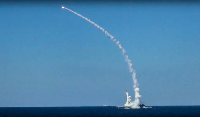 Tên lửa Kalibr được phóng từ tàu của Hải quân Nga ở Địa Trung Hải (Ảnh: AP)