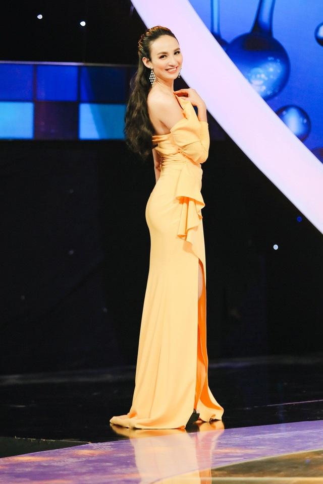 Theo cô, gợi cảm tinh tế là cách tôn trọng khán giả và gìn giữ hình ảnh Hoa hậu Du lịch Việt Nam suốt 10 năm qua. Ngọc Diễm còn trau đồi nhiều kiến thức khác nhau để phục vụ cho công việc MC luôn đòi hỏi cao sự chuẩn mực trong ăn nói.