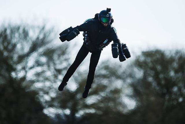 Bộ áo giáp của Richard Browning đang biến ước mơ bay lượn giữa bầu trời như những siêu anh hùng trong vũ trụ điện ảnh Marvel trở thành sự thật với con người.