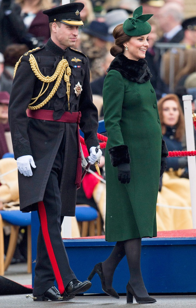 Kate Middleton với áo choàng dài Catherine Walker