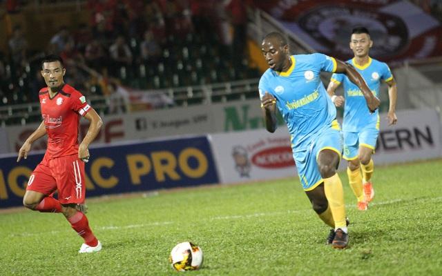 Toure Youssouf (Khánh Hoà) tạm kém ưu thế hơn các chân sút khác trong cuộc đua đến danh hiệu vua phá lưới