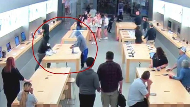 Camera giám sát ghi lại hình ảnh một nhóm trộm ngang nhiên lấy cắp iPhone trưng bày bên trong Apple Store trước sự ngỡ ngàng của các khách hàng khác