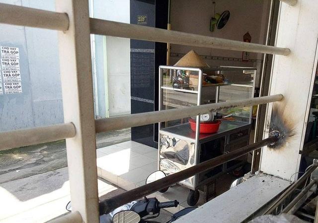 Cửa sổ nơi các đối tượng cắt song sắt để đột nhập vào bên trong