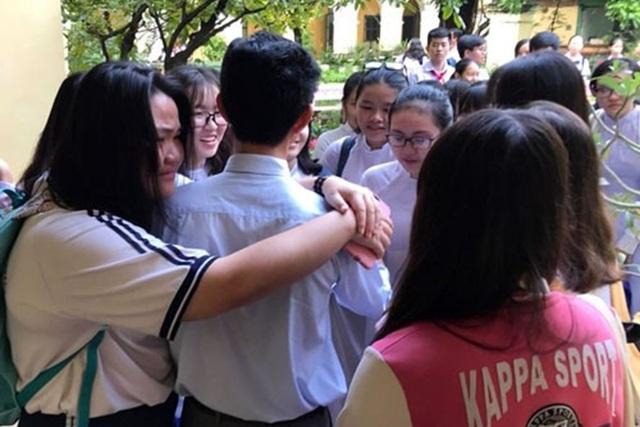 Học sinh xúc động chia tay thầy hiệu trưởng. Ảnh: Zing