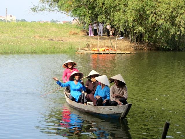 Du khách trải nghiệm sông nước làng du lịch cộng đồng Triêm Tây