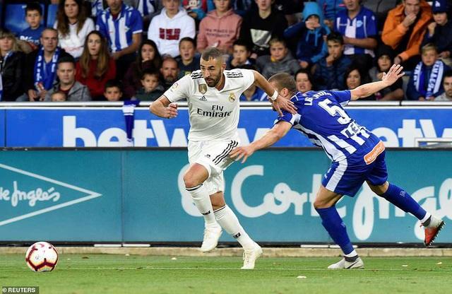 Benzema chơi tệ hại và bị thay ra ở hiệp 1