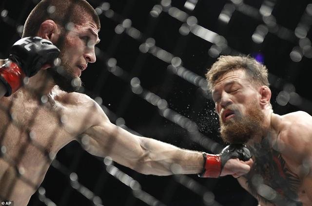 McGregor không thể trụ vững và phải xin thua ở hiệp 4