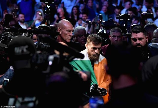 Gã điên McGregor lầm lũi rời khỏi võ đài sau thất bại