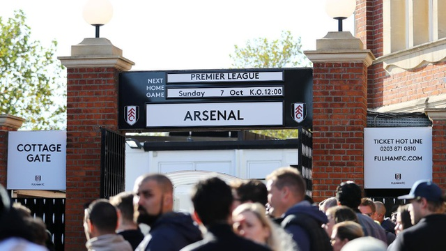 Các cổ động viên kéo tới sân theo dõi trận derby thành London ở vòng 8 Premier League