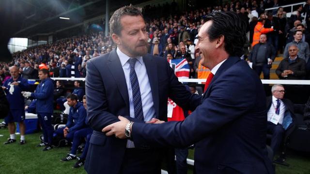 Hai huấn luyện viên chào hỏi trước khi trận đấu giữa Fulham và Arsenal bắt đầu