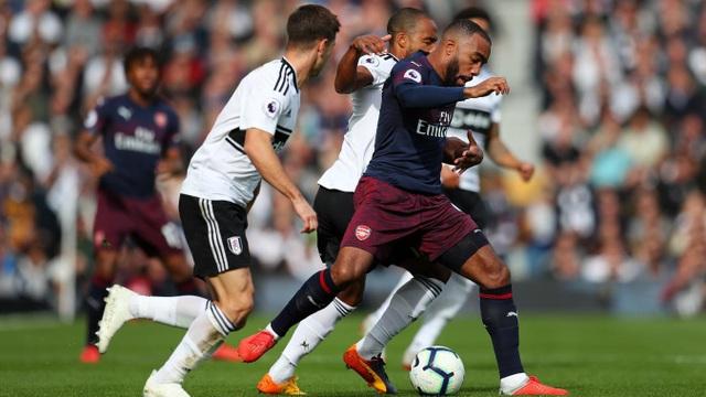 Lacazette cố gắng bứt phá trước sự áp sát của các cầu thủ Fulham