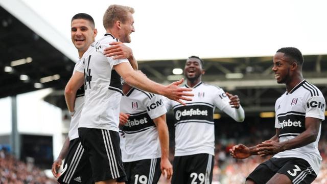 Niềm vui của các cầu thủ Fulham với bàn thắng vào lưới Arsenal