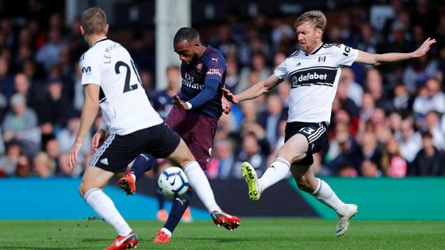 Niềm vui của Fulham không dài, ngay đầu hiệp hai, Lacazette lại dứt điểm từ xa, một pha sút bóng nửa nảy hạ gục thủ thành Bettinelli