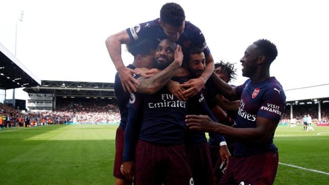 Các cầu thủ Arsenal chia vui với Lacazette