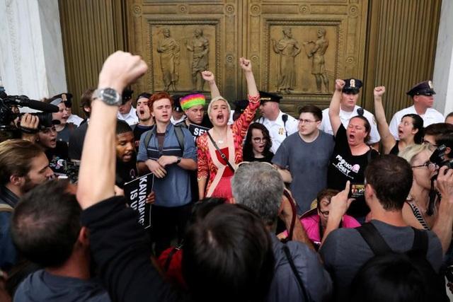 Người biểu tình hô vang khẩu hiệu trước cửa Tòa Tối cao (Ảnh: Reuters)