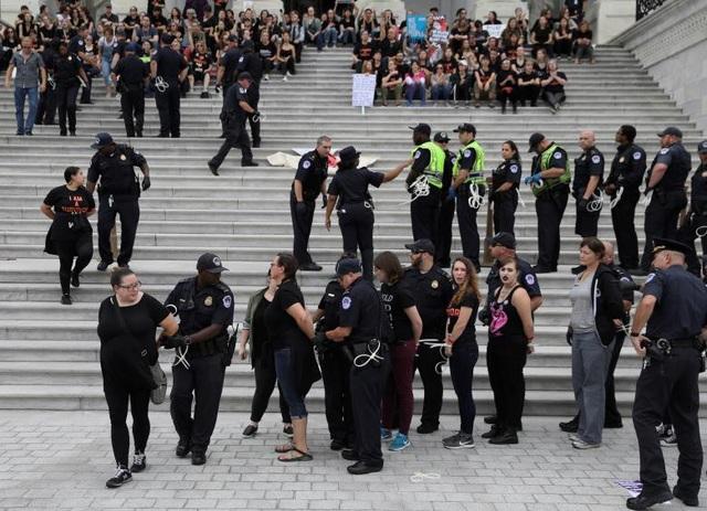 Cảnh sát Mỹ bắt người biểu tình trước cửa Tòa Tối cao (Ảnh: Reuters)