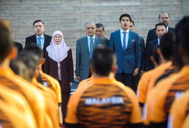 Anh Saddiq (hàng trên, thứ 2 từ phải sang) và Thủ tướng Mahathir (thứ 3, từ phải sang) trong một sự kiện (Ảnh: Facebook)