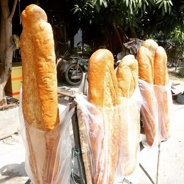 Khác với loại bánh mỳ thường, bánh mỳ khổng lồ dài từ 1-1.3m và nặng khoảng 3kg. Ảnh: Daikabao