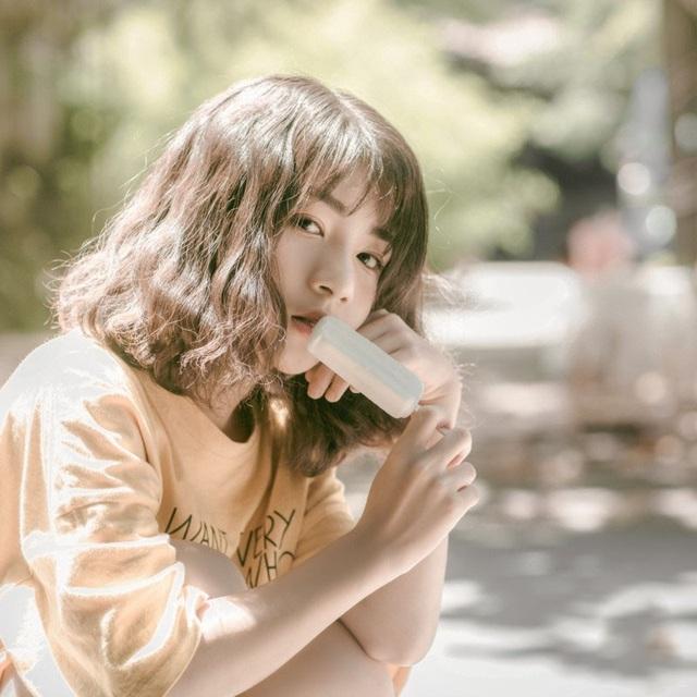 """Tuy chỉ mới 14 tuổi nhưng Linh sở hữu nét đẹp """"gây thương nhớ"""", thu hút mọi ánh nhìn. Khánh Linh cũng rất vui khi được nhiều người yêu quý. Hiện tại bên cạnh việc học thì Linh vẫn đi chụp mẫu cho một số bộ ảnh, em lấy điều này làm niềm vui cho riêng mình."""