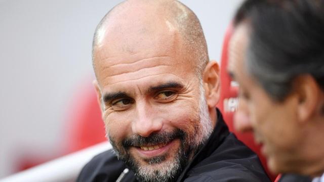 Guardiola tươi cười ở khu vực kỹ thuật dành cho đội khách Man City tại Anfield