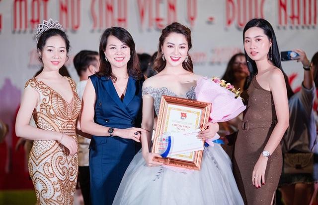 Mấy tháng vừa qua, Hồ Liên tham gia cuộc thi Hoa khôi sinh viên Đại học Y Dược Thái Nguyên. Cô gây chú ý ngay từ vòng đầu của chương trình dưới hình thức thi ảnh online.